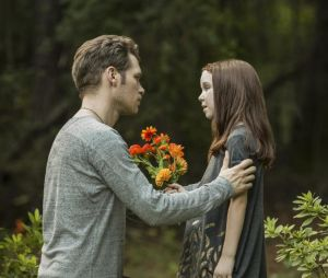 The Originals saison 4, épisode 3 : Klaus (Joseph Morgan) et Hope (Summer Fontana) sur une photo