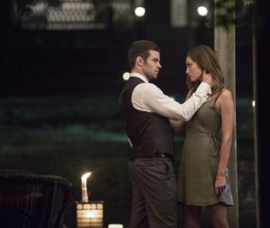 The Originals saison 4, épisode 3 : Elijah (Daniel Gillies) et Hayley (Phoebe Tonkin) sur une photo