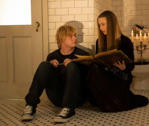 Taissa Farmiga face à Evan Peters dans la saison 3 d'American Horror Story