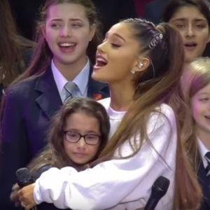 Ariana Grande réconforte une petite fille en larmes lors du concert One Love Manchester