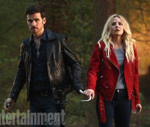 Once Upon a Time saison 7 : Emma (Jennifer Morrison) et Hook (Colin O'Donoghue) réunis sur une photo de l'épisode 2