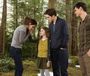 Mackenzie Foy, Kristen Stewart, Robert Pattinson et Taylor Lautner dans Twilight 5