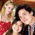 Cole Sprouse (Riverdale) et Lili Reinhart en couple ? Ils sèment le doute avec leur voyage à Hawaï