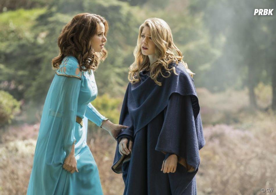 Supergirl saison 3, épisode 20 : Alura (Erica Durance) et Kara (Melissa Benoist) sur une photo