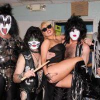 Lady Gaga ... Une fan sexy au concert de Kiss