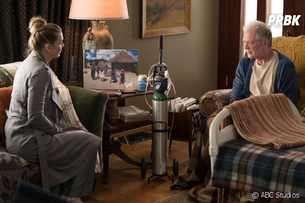 Grey's Anatomy saison 15, épisode 11 : Meredith (Ellen Pompeo) et son père Thatcher (Jeff Perry) sur une photo