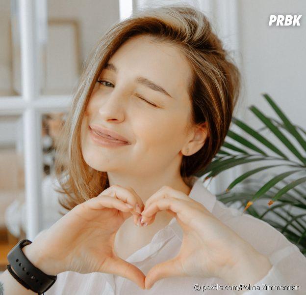 Claudie Pierlot lance le #ClaudieThanksYou challenge : faites un selfie en faisant un coeur avec les doigts pour aider à lutter contre le coronavirus