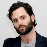 """Chris D'Elia (You) accusé de harcèlement sexuel : Penn Badgley réagit, très """"troublé"""""""