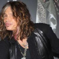 Steven Tyler d'Aerosmith chute au Paraguay et y laisse deux dents