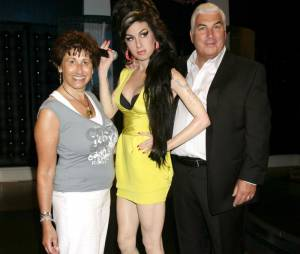 Les parents d'Amy Winehouse posent à côté de sa statue de cire en 2008