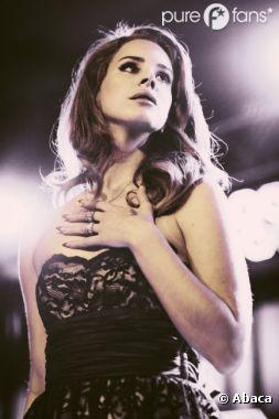 Lana Del Rey, la main sur le coeur avec ses fans