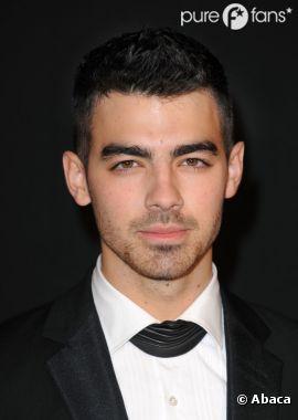 Joe Jonas nous sort son regard de braise