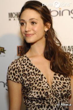Emmy Rossum féline en robe léopard