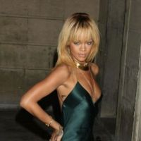 Rihanna : un décolleté provoc à la Fashion Week pour chauffer Chris Brown avant leur duo (PHOTOS)