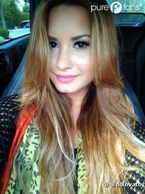 Demi Lovato a la blonde attitude