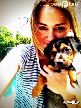 Miley Cyrus heureuse aux côtés d'Happy