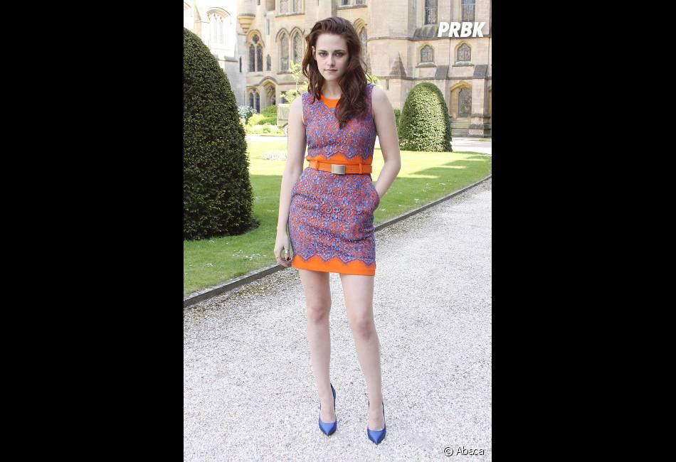 On adore sa robe orange et bleue !