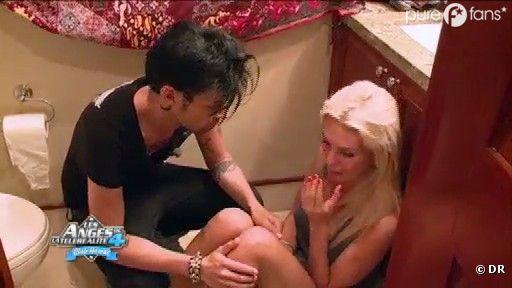 Bruno essaie de consoler Marie pour qu'elle vienne au Club Hawaii