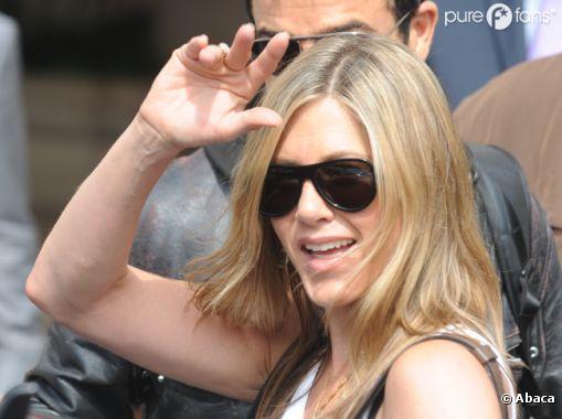 Jennifer Aniston a quitté Paris avec le sourire !