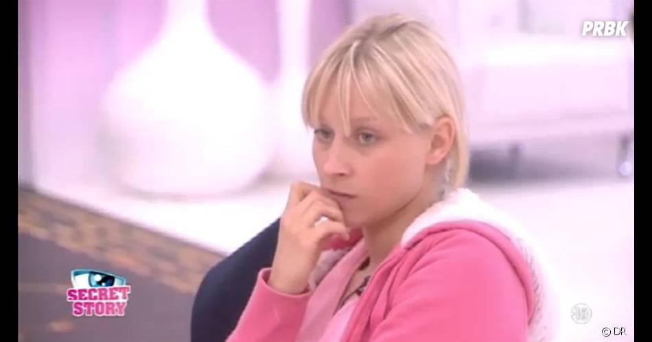 Virginie écoute les critiques de Fanny et de Julien au sujet de Caroline