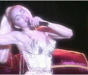 Madonna et son soutif cône lors du Blonde Ambition Tour
