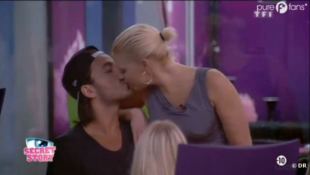 Thomas doit bien céder à quelques baisers pour être crédible !