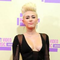 Miley Cyrus : rock et (très) décolletée aux MTV Video Music Awards (PHOTOS)