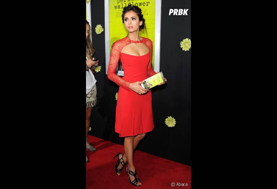 Nina Dobrev superbe en robe rouge !