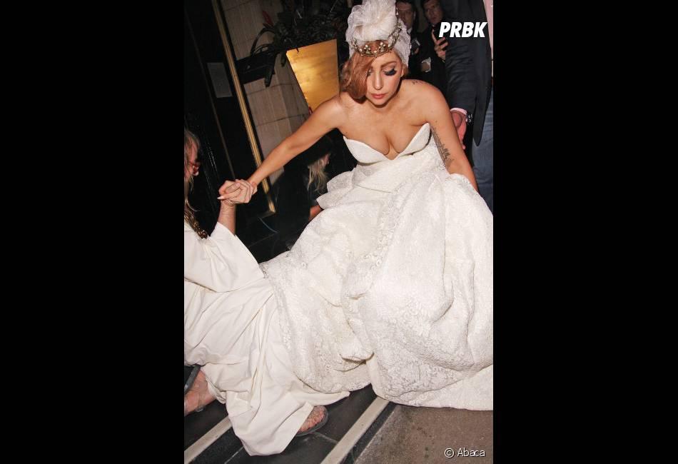 Lady Gaga manque de tomber !