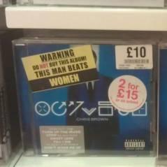 """Chris Brown : ses albums sabotés à Londres ! """"Cet homme bat les femmes"""" ! (PHOTO)"""