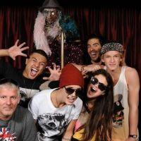 Justin Bieber, Selena Gomez et Cody Simpson s'éclatent dans une maison hantée ! (PHOTO)