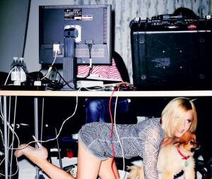 Geri Halliwell : A quatre pattes avec son toutou