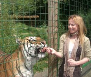 Geri Halliwell : Courageuse, elle donne à manger au tigre