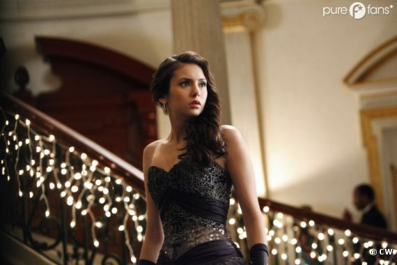 Qui pour accompagner Elena au bal dans Vampire Diaries ?