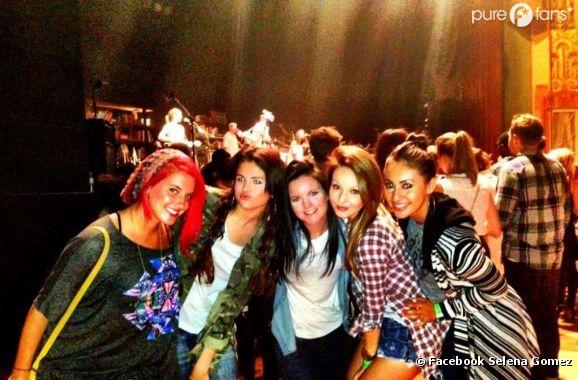 Selena Gomez pose avec ses potes au concert de Jason Mraz