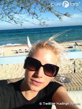 Nadège (Secret Story 6) : Sur la plage de Saint-Tropez, elle se la kiffe !