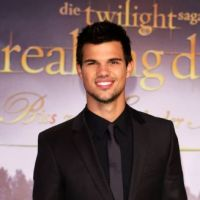 Taylor Lautner lover timide : Jessica Alba le laisse sans voix