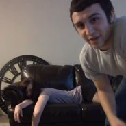 """""""Devinez ce que je vais lui faire"""" : la vidéo d'un homme devant une fille évanouie"""