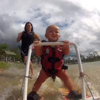 Un bébé de 7 mois déjà pro du ski nautique