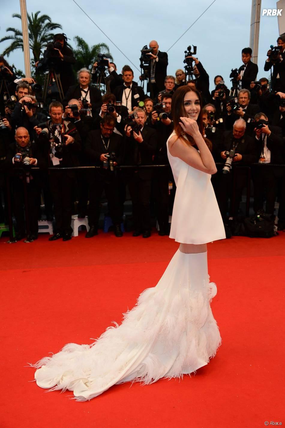 Paz Vega en robe blanche transparente à plume