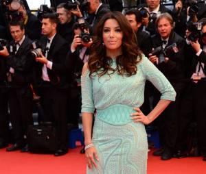 Eva Longoria en robe bleue sirène sur la Croisette