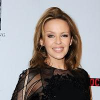Kylie Minogue : sexy en mini-robe noire transparente
