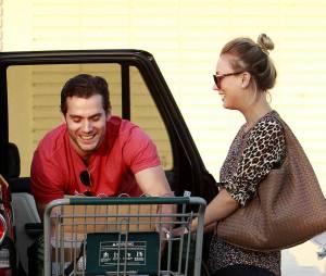 Henry Cavill, Kaley Cuoco et leur caddie se marrent à Los Angeles, le 3 juillet 2013