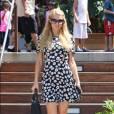 Paris Hilton avec une robe fleurie dans les rue de Malibu