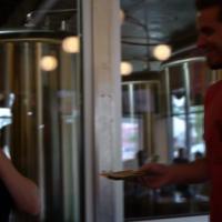 Des pourboires de 500$ aux serveurs : l'hommage buzz d'un Américain à son frère