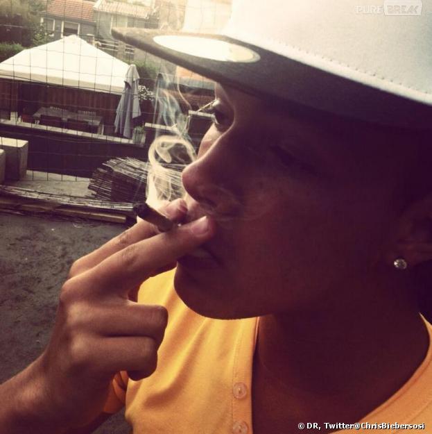 Chris Bieber en train de fumer un joint pour faire comme Justin Bieber, son idole.