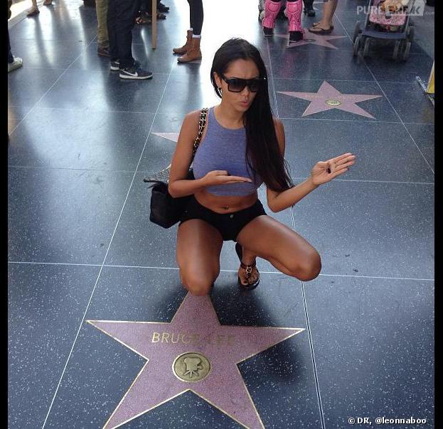 Nabilla Benattia se moque de sa baston à Miami en posant sur le célèbre Walk Of Fame à Los Angeles.