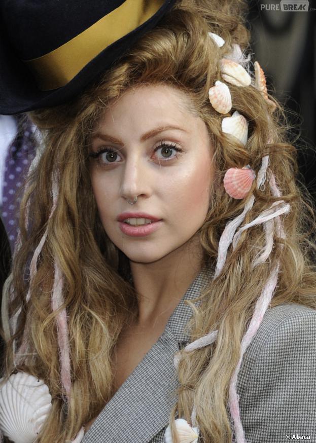Lady Gaga et sa perruque coquillages et crustacés
