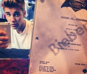 Justin Bieber avec le script de Man of Steel 2 : Batman vs Superman de Zack Snyder. Bientôt un rôle au cinéma ?