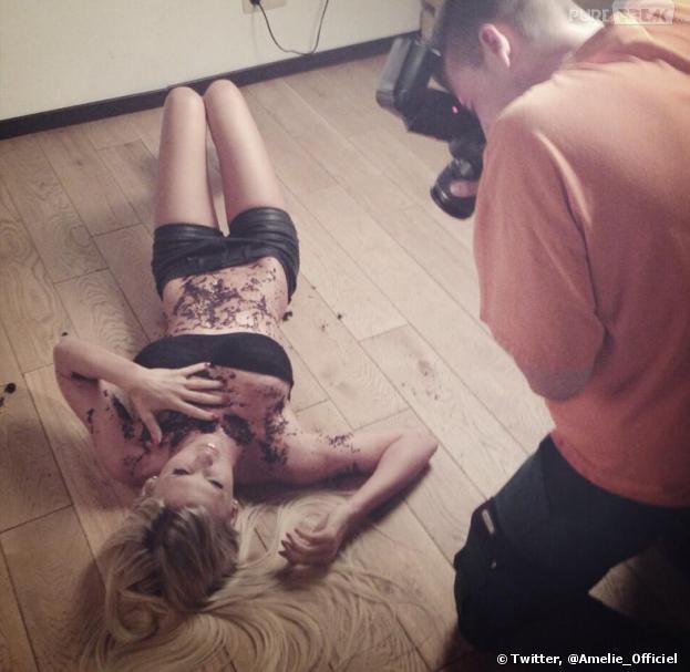 Amélie Neten poste des photos sexy de l'un de ses shootings sur Twitter